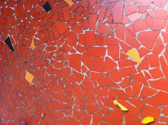 piso de caquinhos de cerâmica.