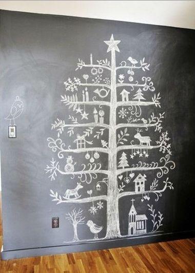 Decoração de natal com árvore de natal desenhada na parede.