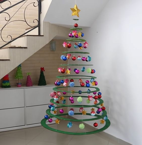 Decoração de natal com árvore suspensa.