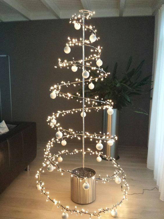 decoração de natal com árvore em estrutura metálica.