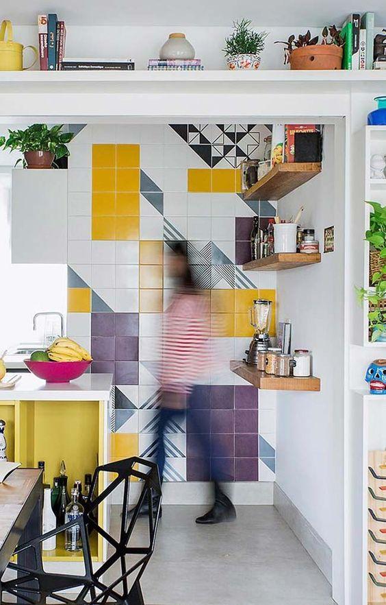 decore sua casa com 500 reais: papel contact nos azulejos para decorar e gastar pouco.