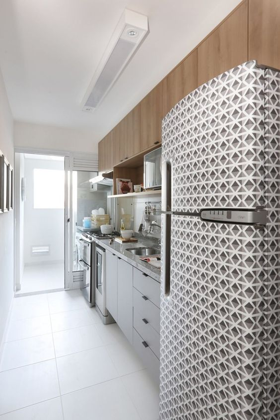 decore sua casa com 500 reais: papel contact na geladeira para decorar e gastar pouco.