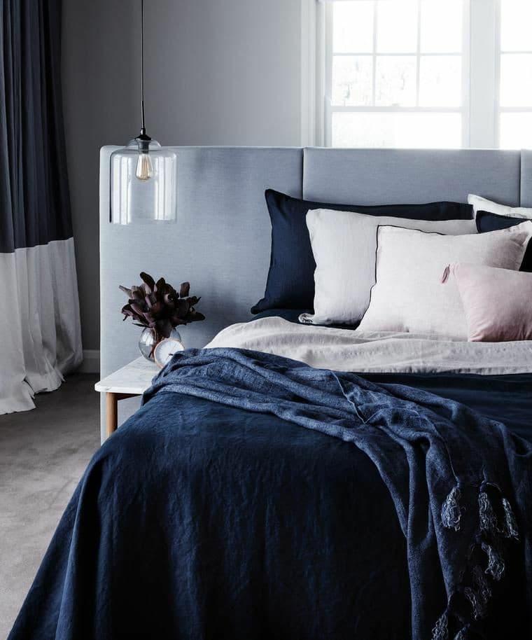 Classic Blue na decoração do quarto.