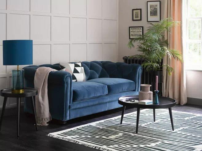 Sofá da sala com a cor do ano.