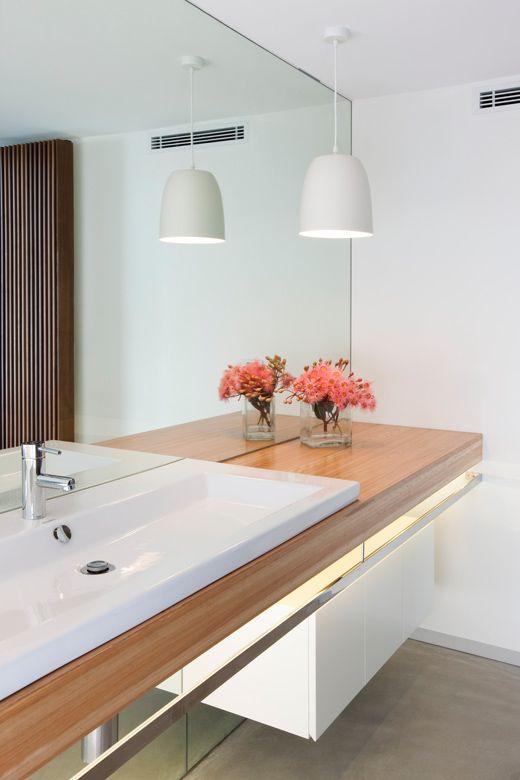 lavatório acessível para um banheiro seguro.