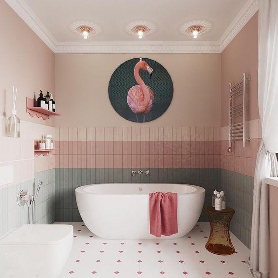 banheiro com revestimentos rosa.