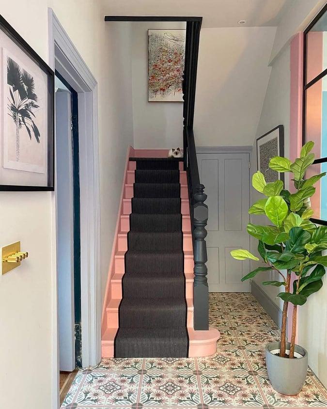 Escada rosa no hall de entrada.