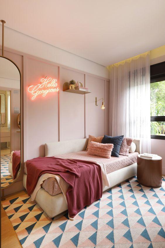Quarto feminino com paredes, roupas de cama e tapete com nuance de rosa.